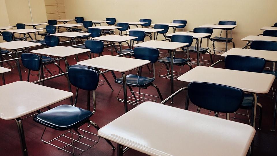 Processo seletivo Prefeitura de São José do Rio Claro - MT: sala de aula com carteiras vazias