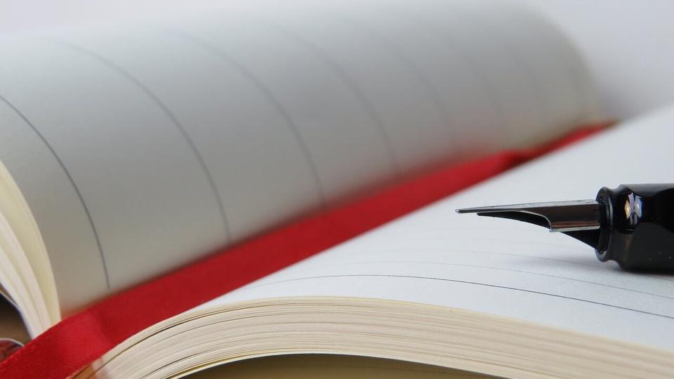 processo seletivo Prefeitura de São Roque: a imagem mostra caneta sobre caderno aberto