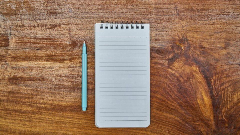 Processo seletivo Prefeitura de Pedrão: a imagem mostra bloquinho de anotação aberto com lápis ao lado