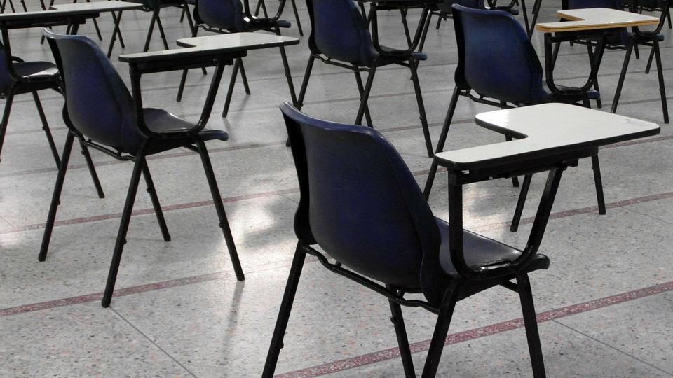 Processo seletivo Prefeitura de Tabapuã - SP; carteiras em sala de aula