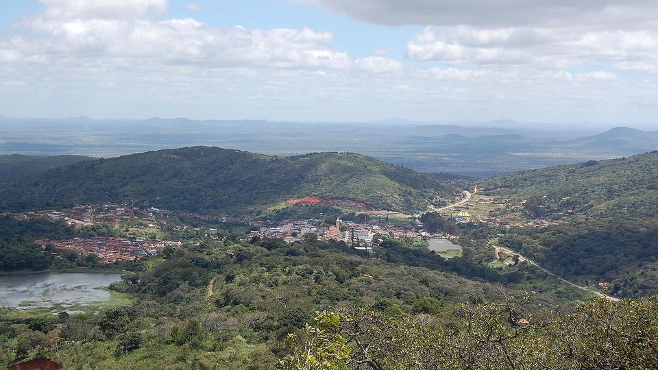 Processo seletivo Prefeitura de Taquaritinga do Norte - PE: a imagem mostra a  Vista de Taquaritinga do Norte, Pernambuco, Brasil, rodeada por montanhas, verde, um rio e a cidade no meio dessa paisagem