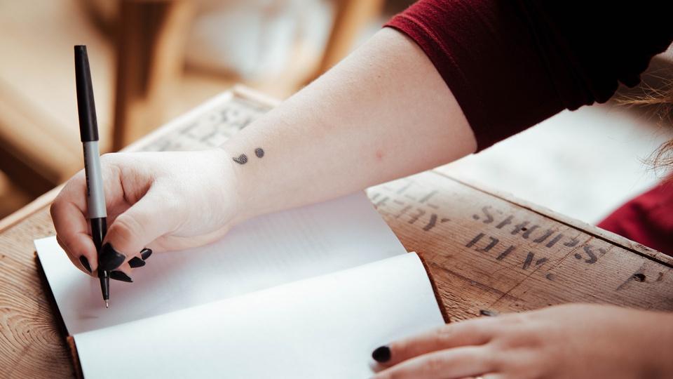 Processo seletivo Prefeitura de Terra Nova do Norte - MT; pessoa escrevendo em um caderno