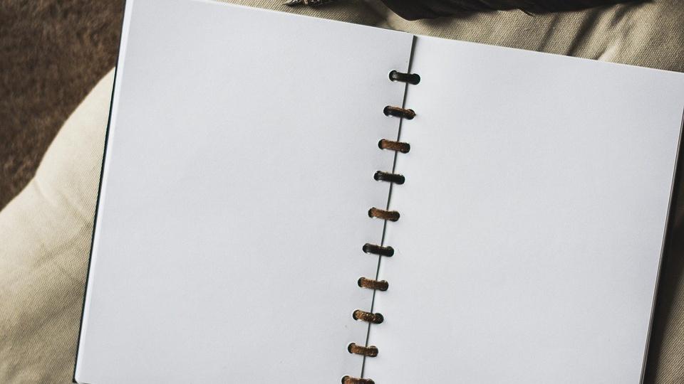 processo seletivo Prefeitura de União de Minas: a imagem mostra caderno aberto com folhas sem pauta em branco