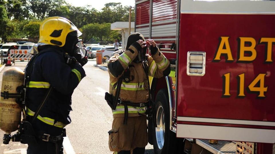 Processo seletivo Secretaria de Economia do DF: bombeiros em frente ao caminhão de bombeiros