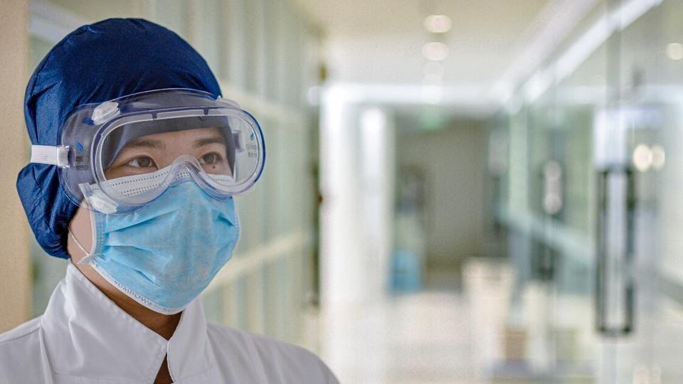 SES MG: a imagem mostra médica com máscara hospitalar