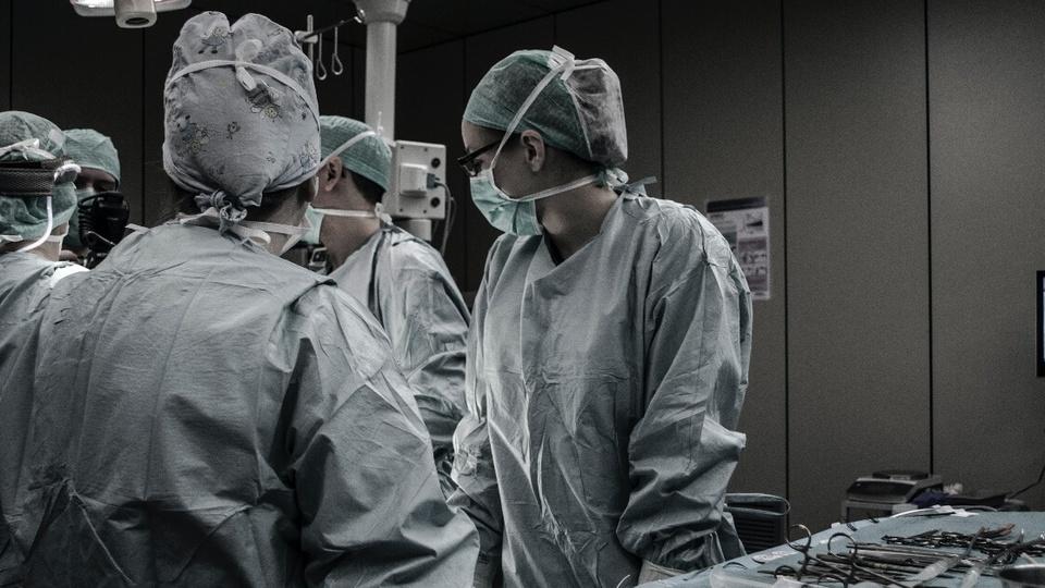 Processo seletivo SMS RJ: médicos numa sala de cirurgia