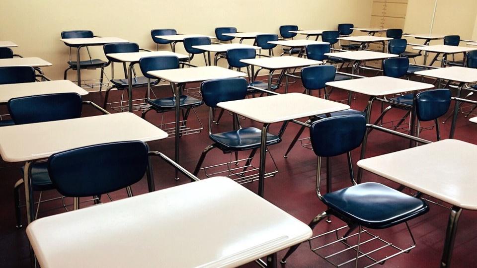 Processo seletivo UFPE: a imagem mostra várias carteiras escolares vazias dentro de sala de aula