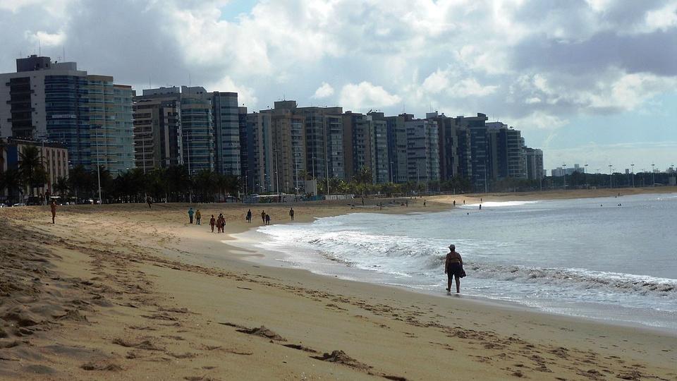 processo seletivo prefeitura de vitória: a foto mostra a praia de camburi, seleção abre vagas para guarda-vidas