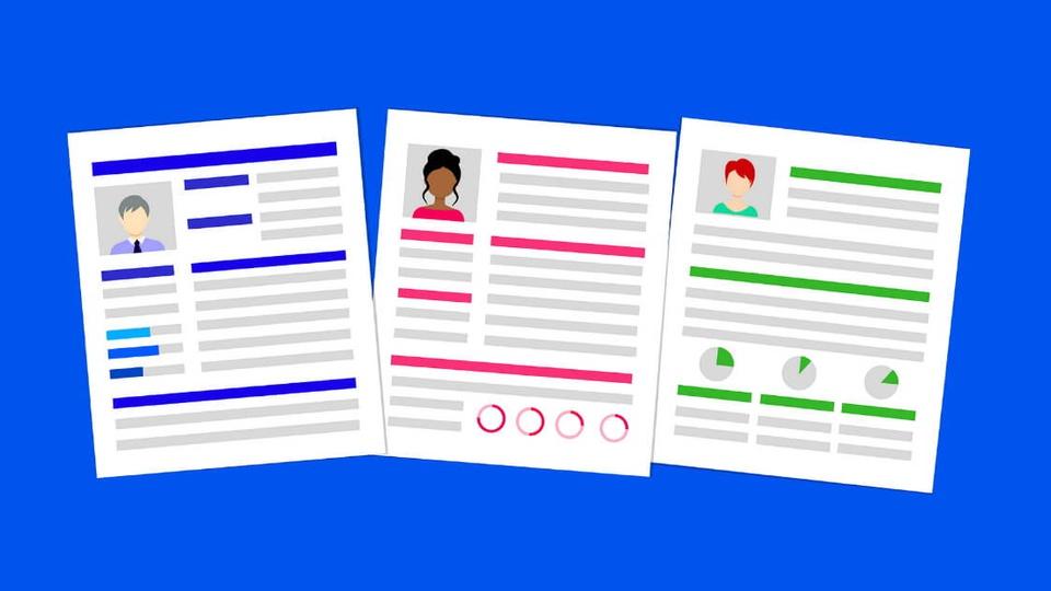 Projeto Adote um CV: ilustração digital de três currículos. O fundo está na cor azul