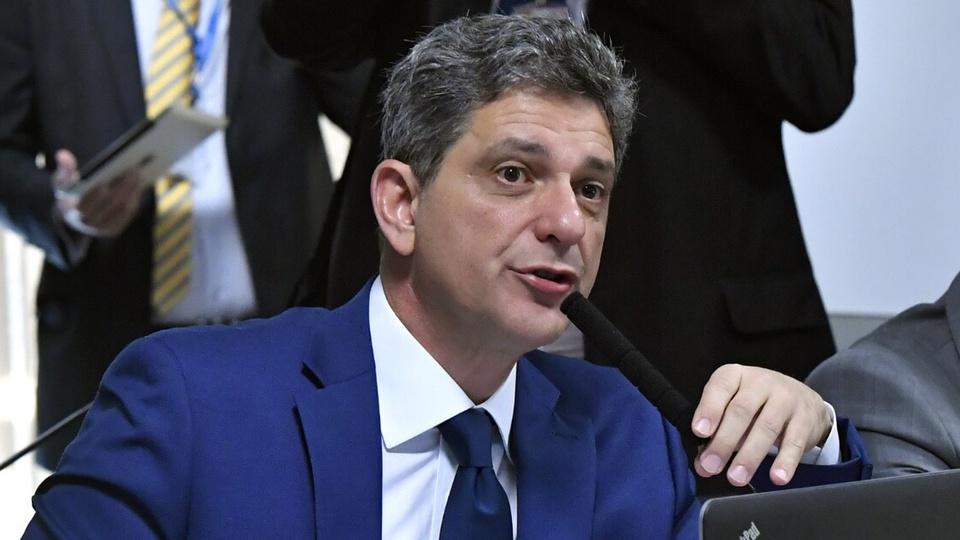 Reajustes na tarifa de energia elétrica em 2021: enquadramento médio no senador Rogério Carvalho. É possível ver um microfone em sua frente