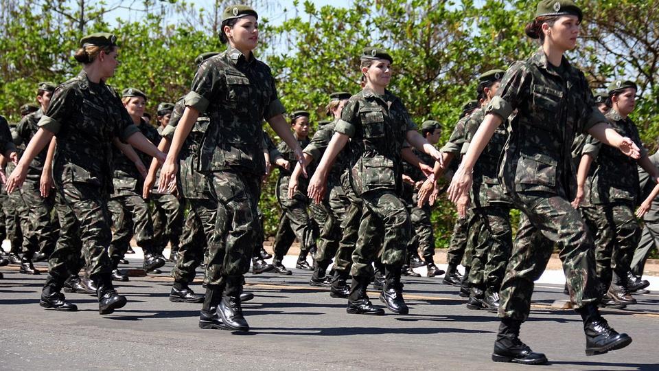 Projeto de Lei pretende reservar vagas para militares em concursos, soldados do exército brasileiro marchando