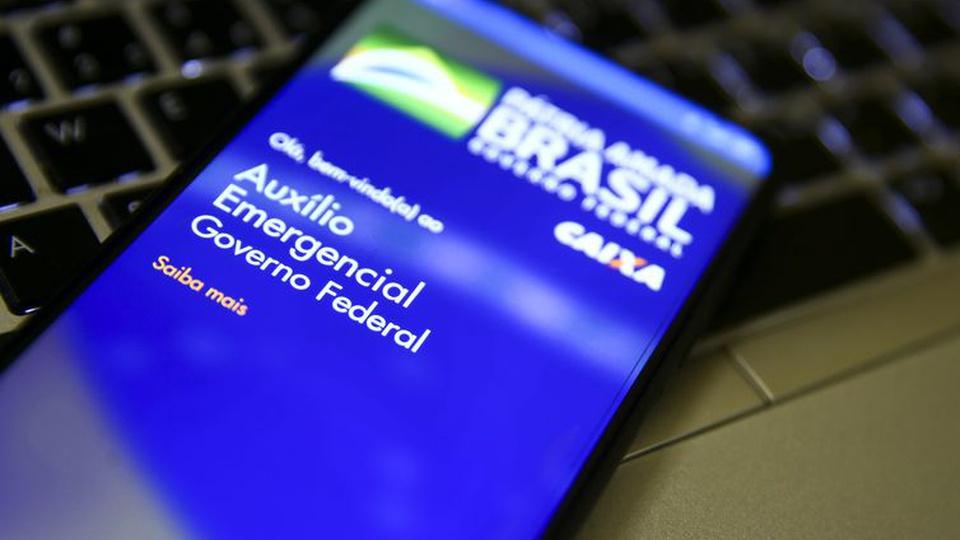 Auxílio emergencial retroativo de R$ 600 em 2021: enquadramento em tela de celular com página aberta do auxílio emergencial