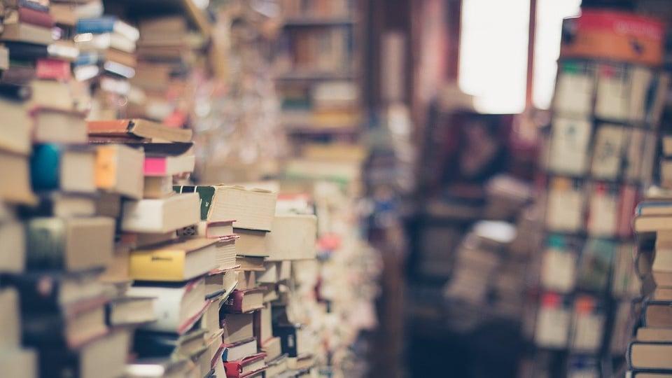 Proposta tributária de Guedes pode ser desastrosa para setor de livros, livros empilhados