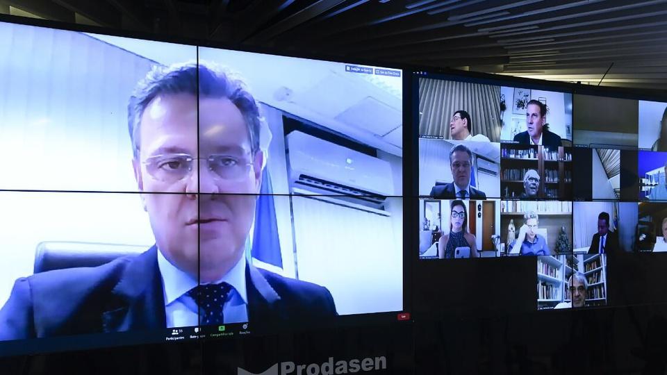 Prorrogação do prazo para cadastro no auxílio emergencial: sessão deliberativa virtual do Senado. É possível ver, numa tela de computador, o rosto do senador Carlos Fávaro