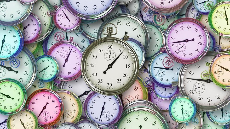 horário para estudar para concurso: vários relógios de bolso coloridos