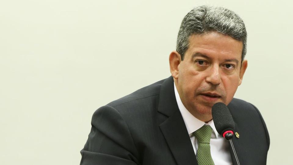 reforma administrativa 2021: a imagem mostra o presidente da câmara arthur lira falando ao microfone