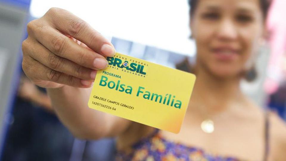 Bolsa Família: a imagem mostra mulher segurando cartão do bolsa família