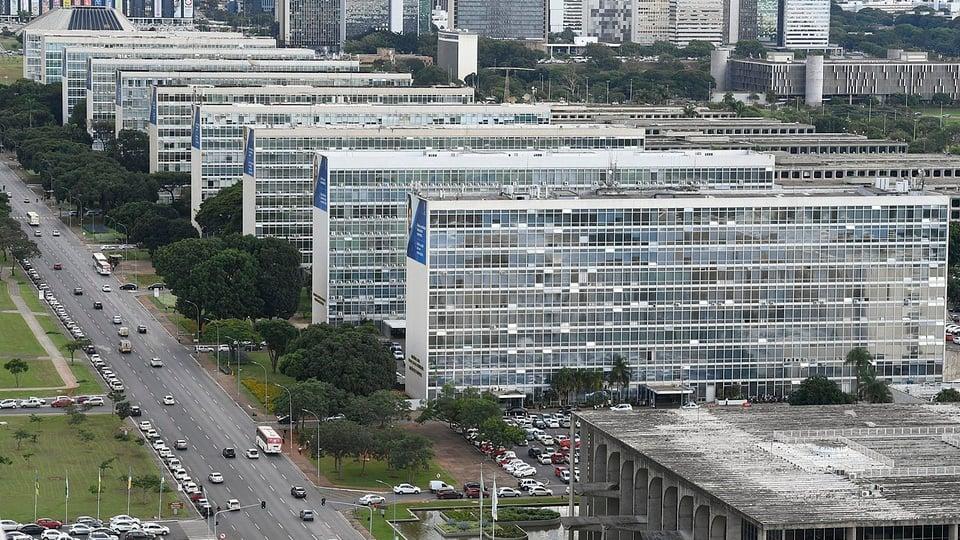 Regras do trabalho presencial são atualizadas para servidores federais: vista aérea da Esplanada dos Ministérios