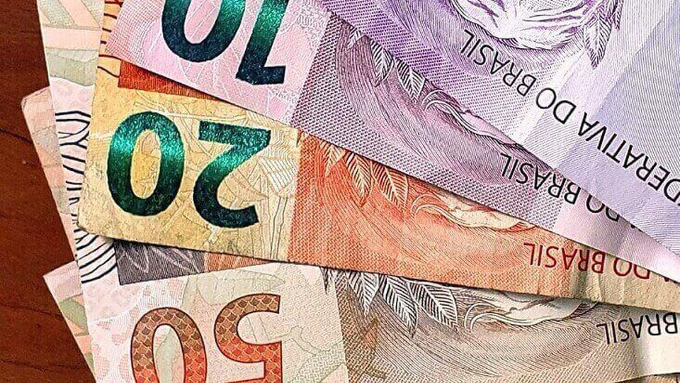 Renda Brasil: notas de 50, 20, 10 e 5 reais formando um leque