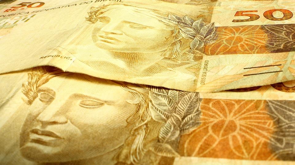 Renda Cidadã pode ser financiado com cortes em supersalários, Cédulas de reais