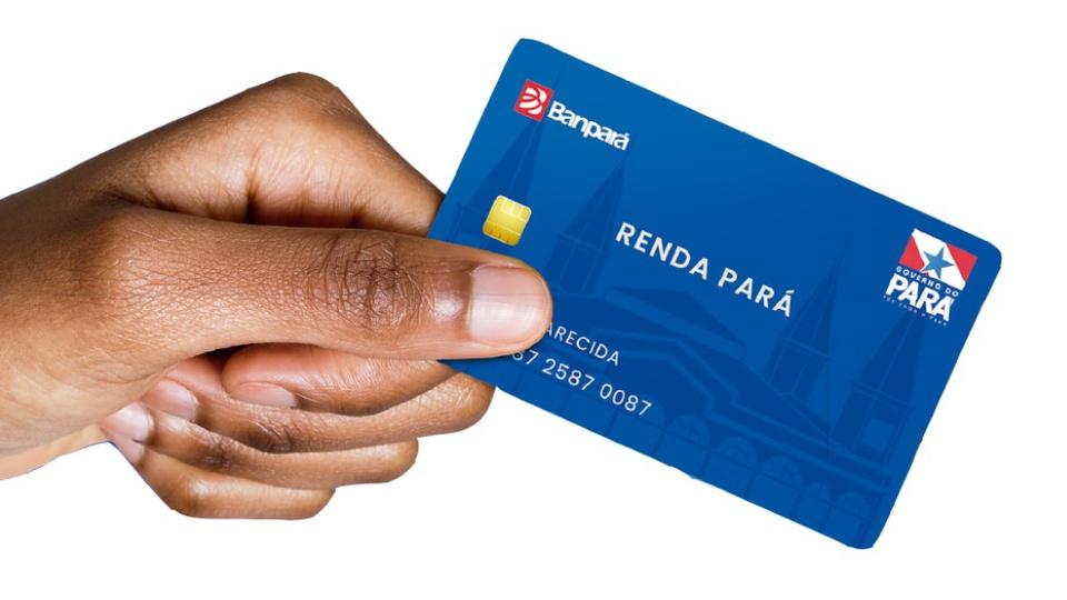 renda pará: a imagem mostra mão segurando o cartão do renda pará