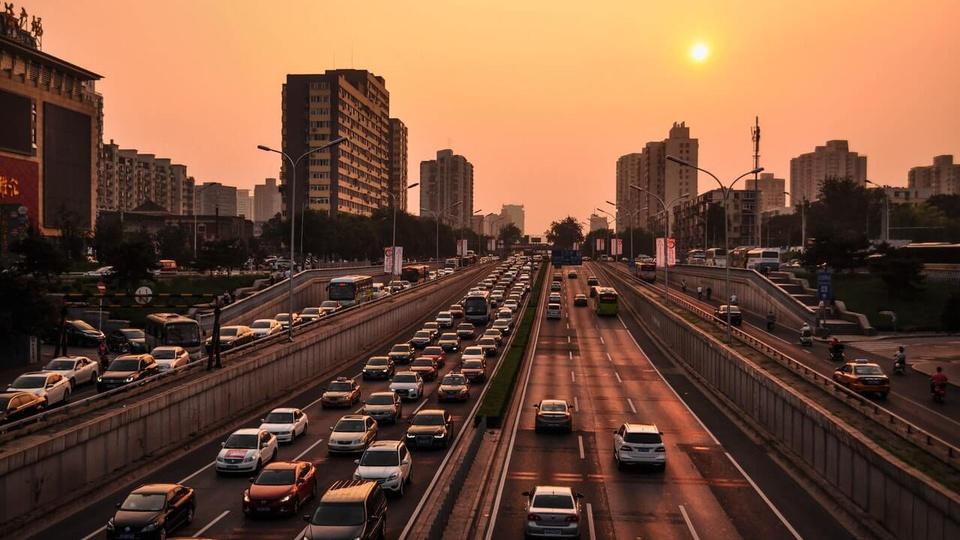 Restituição do DPVAT: a foto mostra as avenidas de uma cidade ao pôr-do-sol com muitos carros andando
