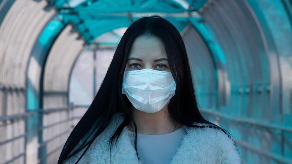 RioSaúde: Mulher usando máscara protetora de nariz e boca