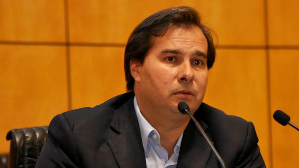 estender auxílio emergencial: foto do Rodrigo Maia sentado em frente a um microfone