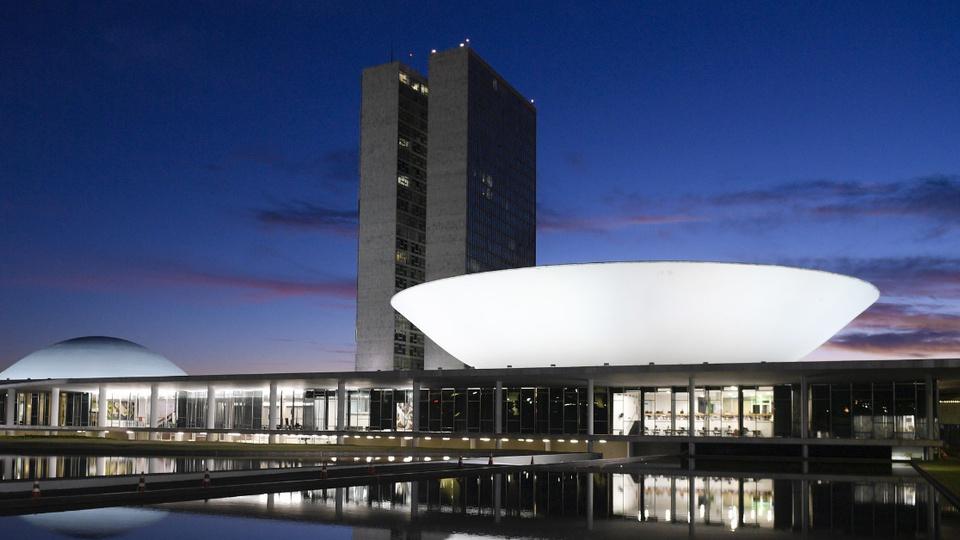 Salário de servidores pode ser reduzido para pagar auxílio emergencial: fachada do congresso nacional. Foto registrada à noite