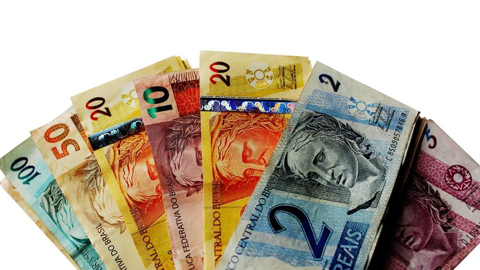 salário mínimo 2021: a imagem mostra cédulas de reais formando um leque de dinheiro