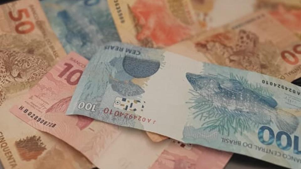 Saque do FGTS: várias notas de dinheiro espalhadas