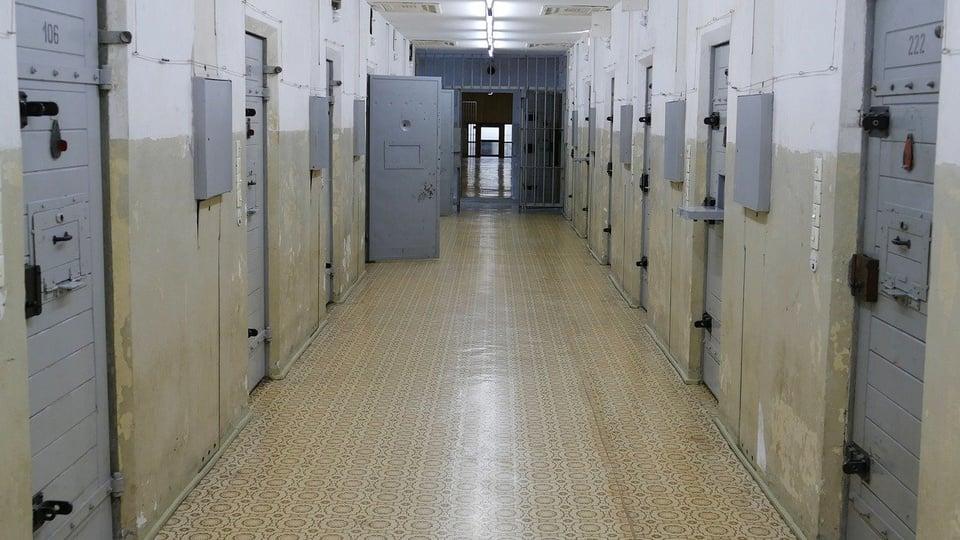 Processo seletivo da SEAP - MA: corredor de prisão com diversas celas trancadas
