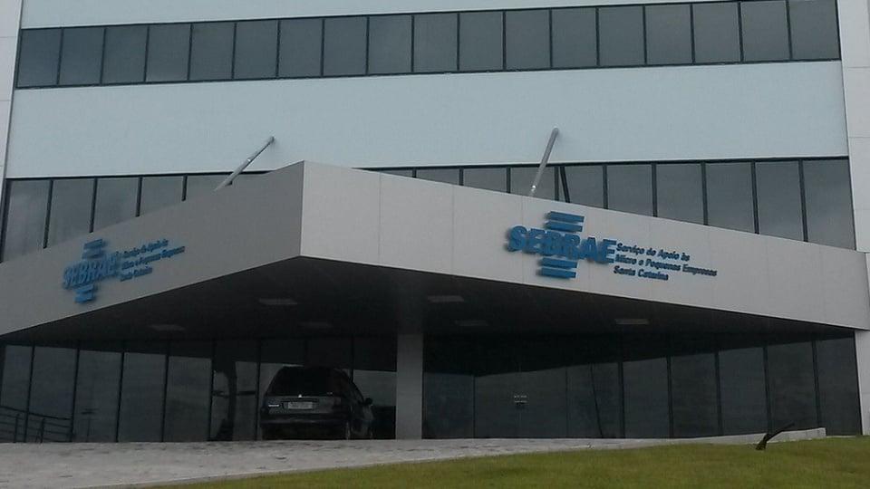 SEBRAE: a imagem mostra a fachada de prédio do SEBRAE com um carro estacionado na porta