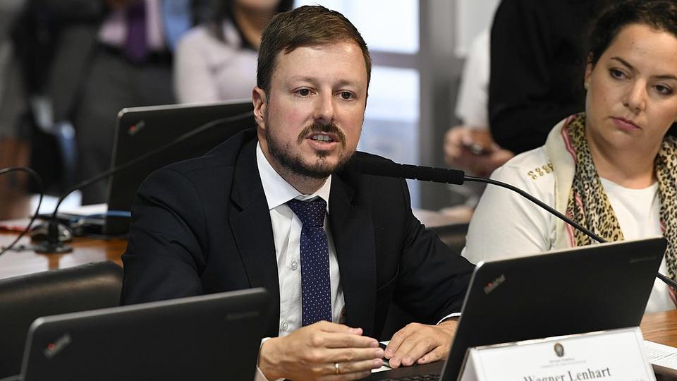 reforma administrativa: a imagem mostra o secretário Wagner Lenhart sentado falando ao microfone