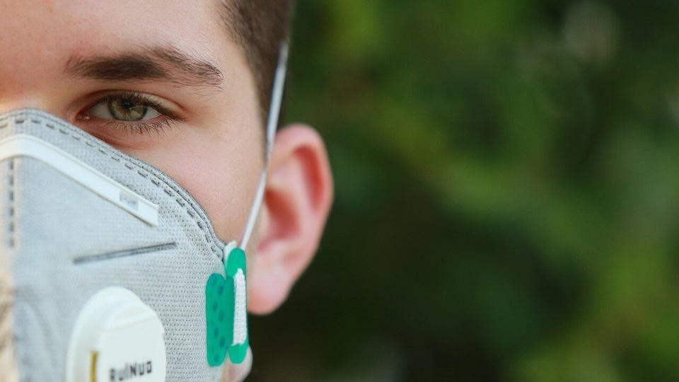 Processo seletivo SEJUS RO: homem usando máscara de proteção com filtro