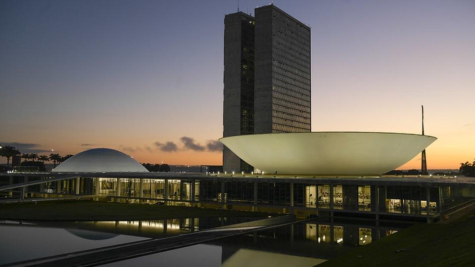 auxílio para restaurantes: a imagem mostra a fachada do Congresso Nacional à noite