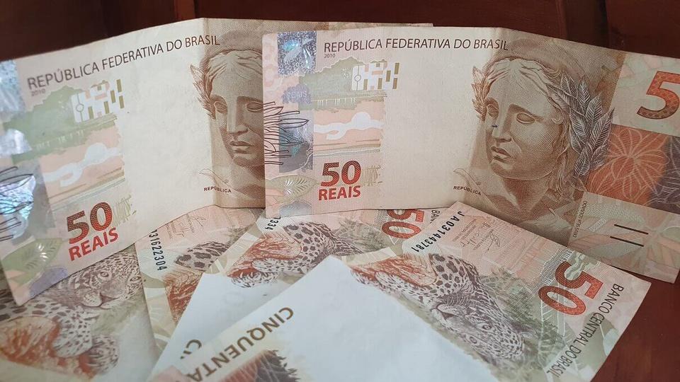 Servidores públicos: notas de 50 reais espalhadas