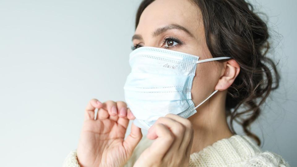 SES - MS: mulher colocando máscara no rosto