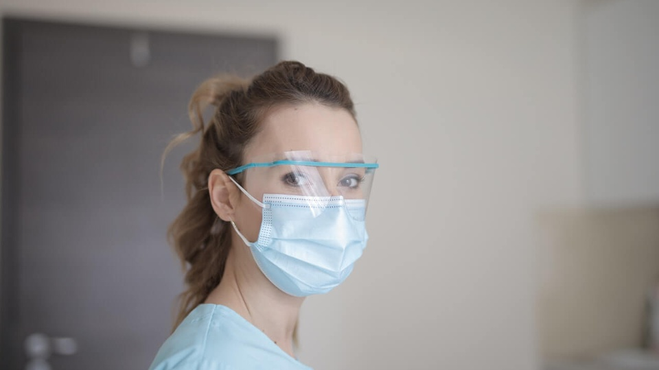 Processo seletivo SES PB: a imagem mostra profissional da saúde usando óculos de proteção e máscara cirúrgica