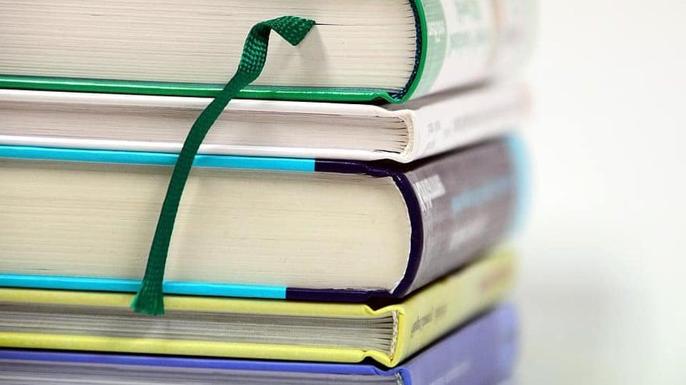 calendário do SiSU ProUni e Fies: livros empilhados