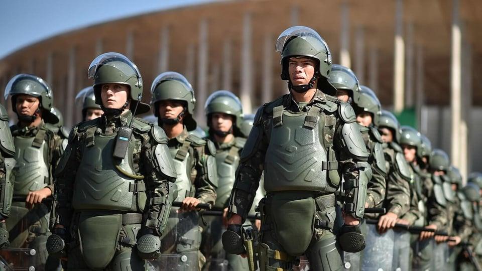 Soldo militar: exército brasileiro em formação usando roupas especiais