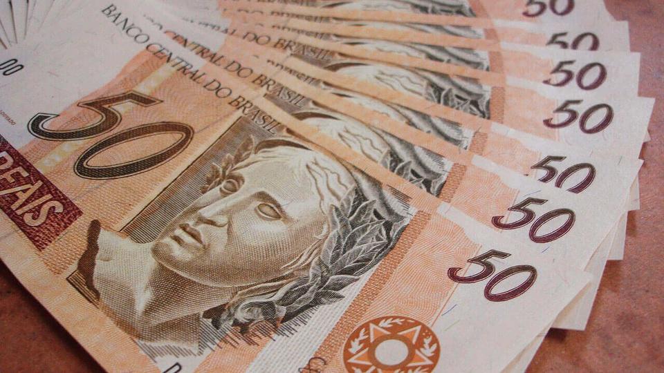 Um terço das Classes A e B solicitou o auxílio emergencial de R$ 600: notas de cinquenta reais