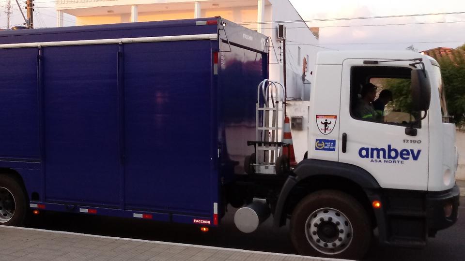 Vagas de emprego Ambev: caminhão da empresa Ambev, na cor azul e branco