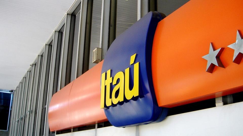 Vagas de emprego Itaú: logomarca do Itaú Unibanco em uma das agências paulistas