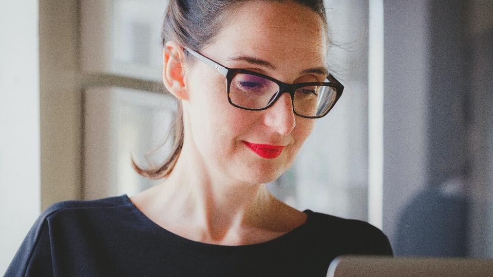 Vagas de emprego na Prefeitura de SP: mulher olhando para a tela de computador
