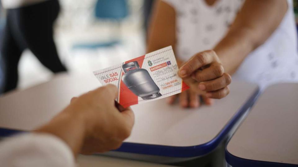 Vale Gás Social para Bolsa Família: tíquete do Vale Gás Social sendo entregue para cidadã