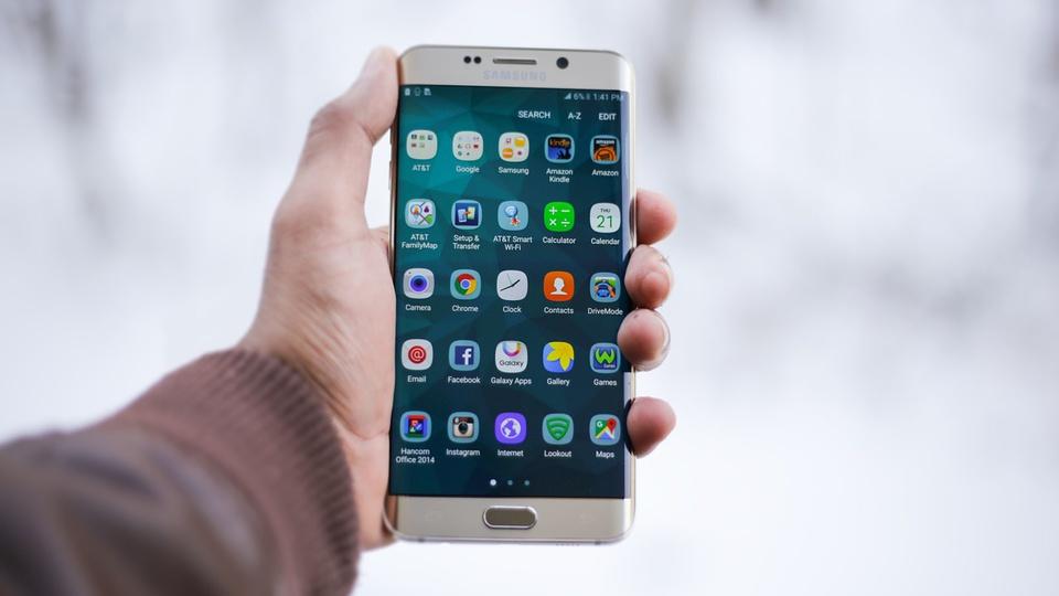 Veja aplicativos gratuitos para organizar ideias, pessoa utilizando smartphone
